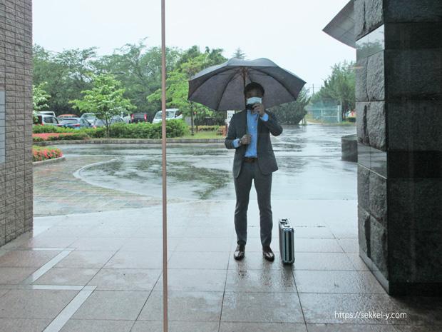 北巨摩合同庁舎のガラスに写る吉野聡