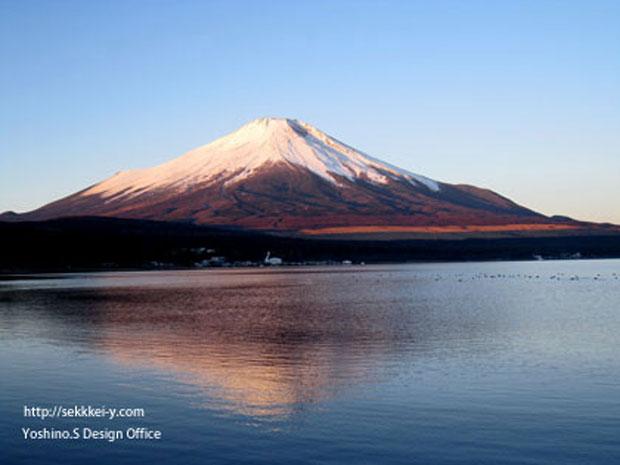 山中湖から見た冬の富士山