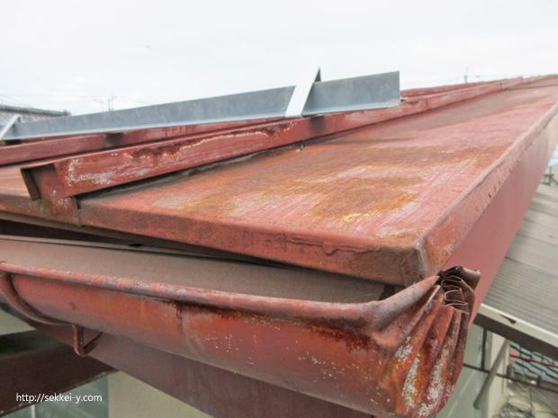 鋼板屋根の変形も確認