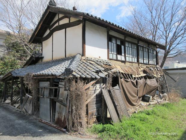 老朽化して危険な建築