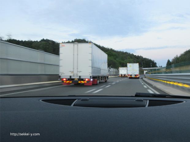 名神高速を走るトラック