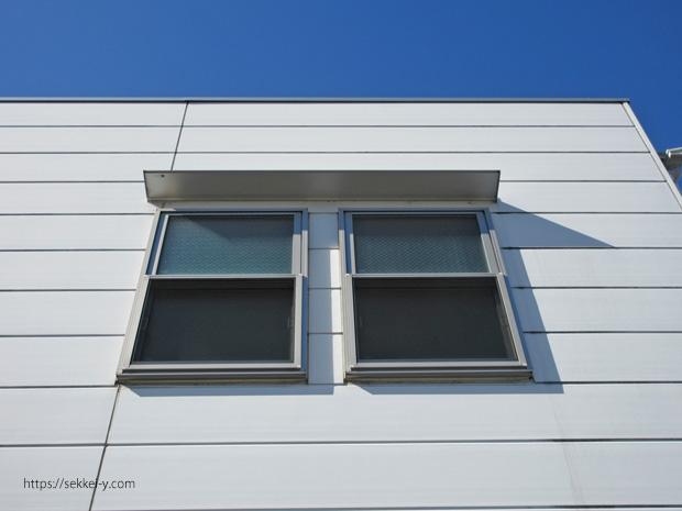 窓の上にある小さな庇