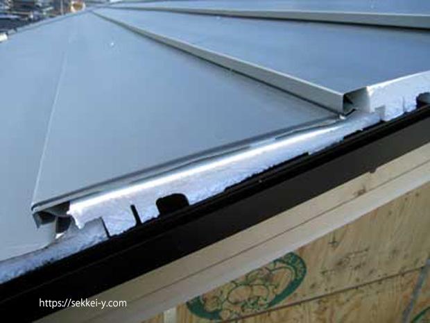 屋根材の下にバックアップ材