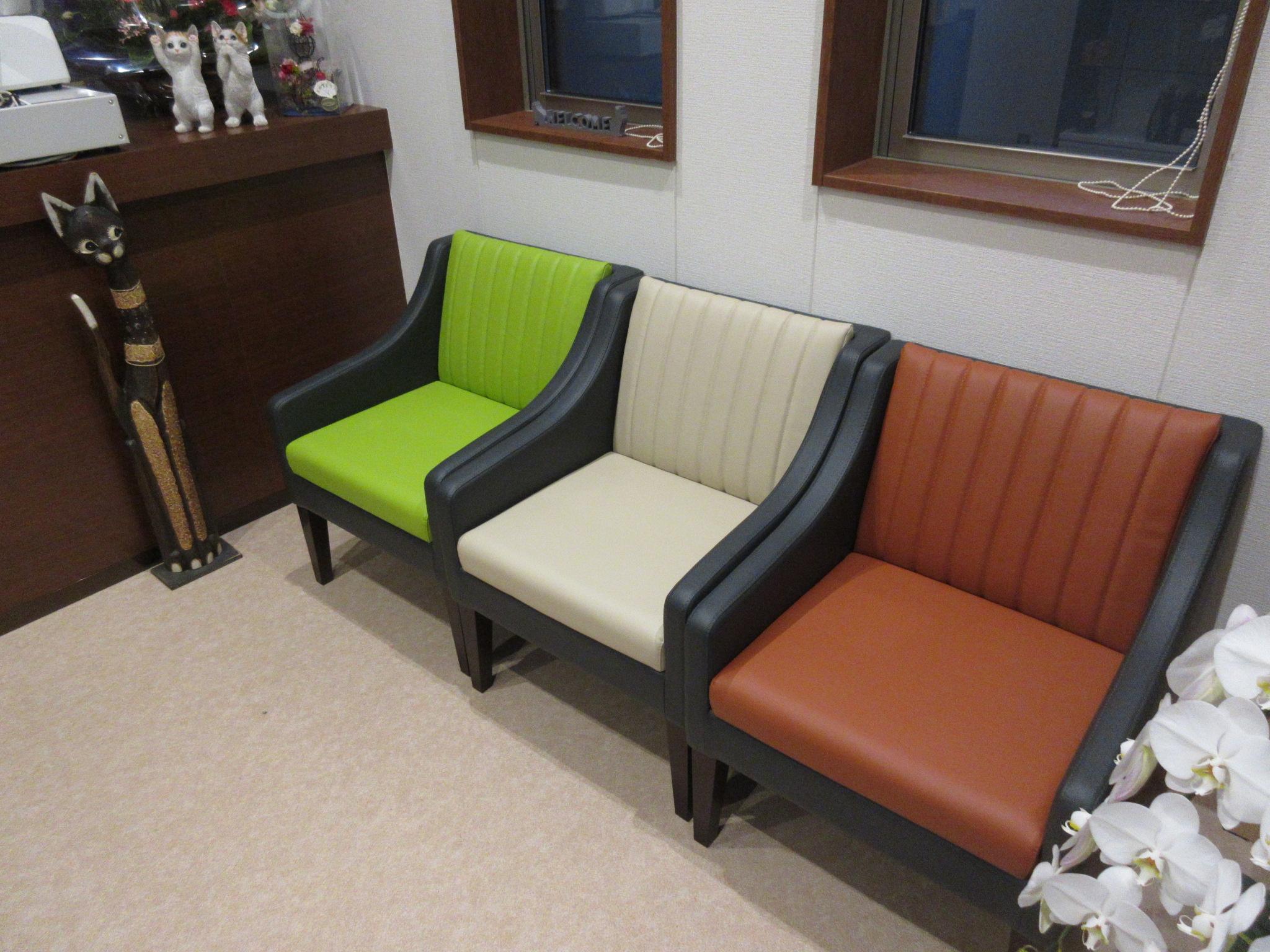 店舗の椅子も三色